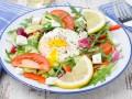 Овощной салат с яйцом-пашот