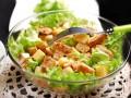 Простой салат Цезарь с курицей и сыром
