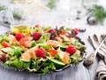 Новогодний салат с лососем и креветками