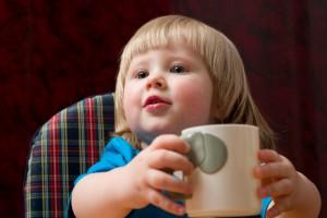 Немного терпения и твой ребенок научится пить из чашки