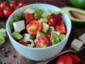 Весенний салат из авокадо, феты и помидоров
