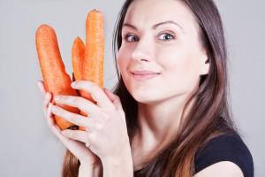 Морковь содержит бета-каротин, который позволяет быстрее загореть и дольше оставаться смуглой