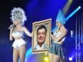 Оля Полякова выступает на сцене с портретами Порошенко и Кличко
