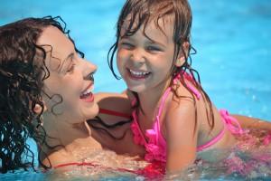 Следи, чтобы во время купания ребенок активно двигался и не перемерзал