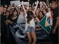 Селена Гомес показала стройные ноги на снимке с фанатами