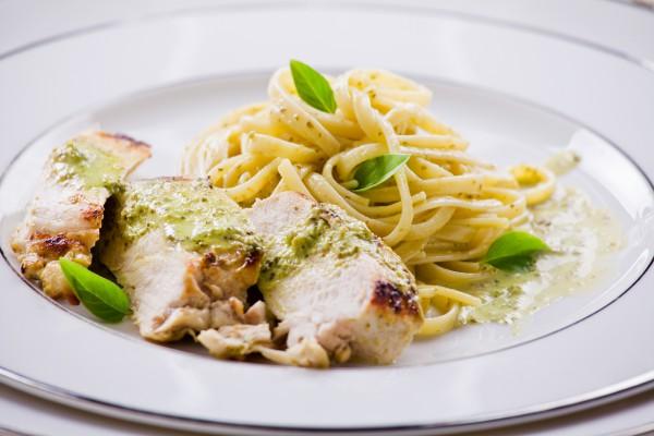 Рецепт                  Спагетти с курицей, шпинатом и соусом песто