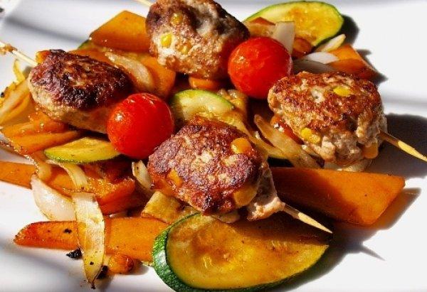 Рецепт                  Котлеты на шпажках с помидорами черри
