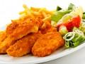 Американский салат из жареной курицы и овощей