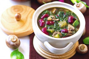 Если ты не придерживаешься поста, можешь подавать этот суп со сметаной