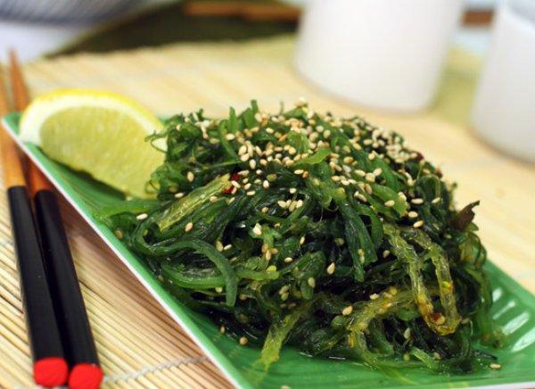 Из морской капусты чаще всего готовят всевозможные салаты