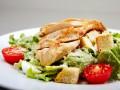 Рецепты салатов с курицей и сухариками: три вкусные идеи