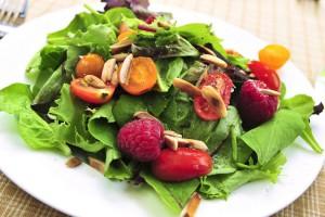 В одном салате лучше всего использовать два-три вида зелени
