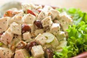 Праздничный салат на 8 марта из курицы и винограда
