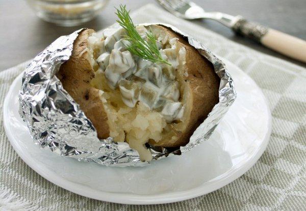 Рецепт                  Запеченный картофель с маринованными огурцами и сметаной