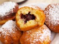Пончики с вишневым джемом