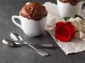 Шоколадный кекс в кружке на День святого Валентина