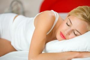 Лучше спать на атласной наволочке, чтобы на лице не оставалось следов от подушки