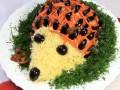 Как приготовить салат Ежик на Новый год (видео)