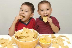 Чипсы детям кушать вредно