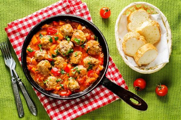 Рецепт                  Свиные фрикадельки с беконом в томатном соусе