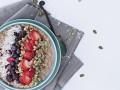 Постный завтрак: овсяная каша с ягодным пюре