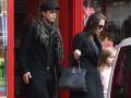 Анджелина Джоли вместе с мужем и дочками прошлись по магазинам