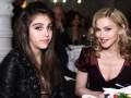 Яблоко от яблони: Мадонна с 18-летней дочкой надели мини юбки