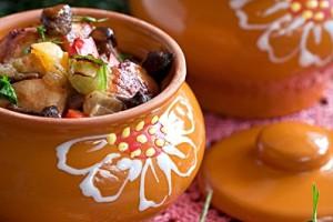 Опята с овощами и курицей в горшочках