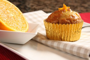 Готовые кексы можно украсить сахарной пудрой или цедрой апельсина