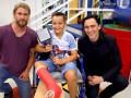 Крис Хемсворт и Том Хиддлстон в образах Тора и Локи посетили детскую клинику
