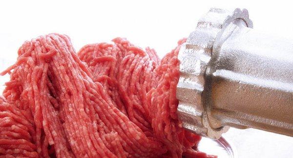 Для фарша мясо измельчить с помощью ножа или пропустить через мясорубку