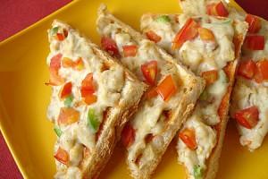 Тосты с сырным соусом, куриным филе и овощами
