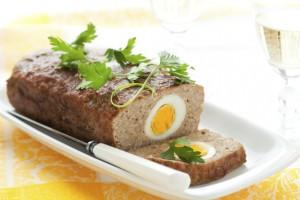 Пасхальный мясной рулет с яйцом