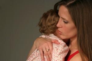 Если ребенок ведет себя агрессивно, возьми его на руки и держи, пока слезы не высохнут и малыш не успокоится