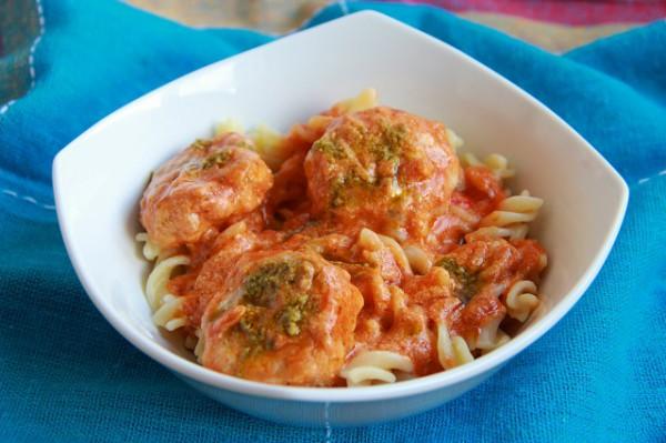 Рецепт                  Тефтели из индейки в томатном соусе с песто
