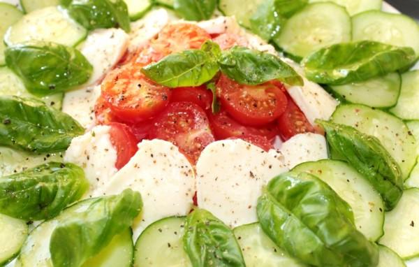 Рецепт                  Весенний салат из свежих овощей с моцареллой