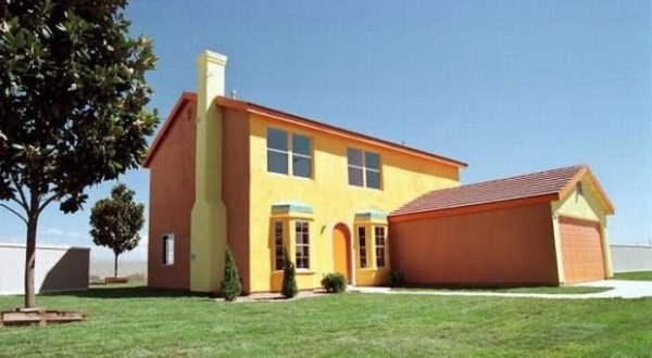 Дом представляет собой двухэтажное отдельно стоящее здание, с розово-оранжевыми стенами, с гаражом, подвалом и чердаком. На первом этаже входная дверь ведет прямо в прихожую, в которой есть две арки – левая ведет в гостиную, а правая – в столовую. В прихожей также стоит небольшой буфет и есть лестница, ведущая на второй этаж. В гостиной и столовой эркерные окна. В задней части дома семейная комната и кухня с лестницей, ведущей в подвал.