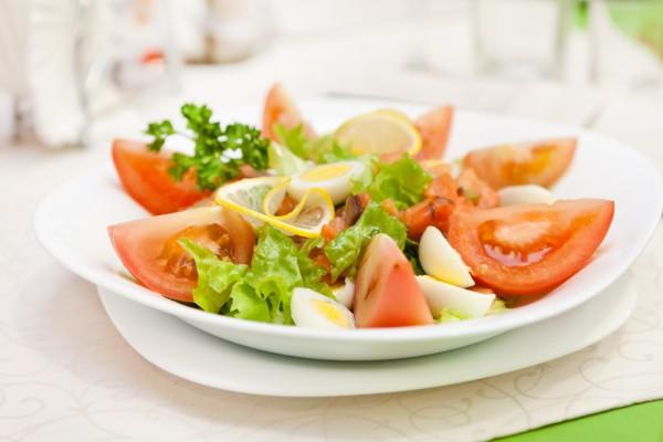 Рецепт                  Новогодние рецепты: Салат с лососем и перепелиными яйцами