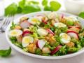 Летний салат с курицей, редисом и перепелиными яйцами