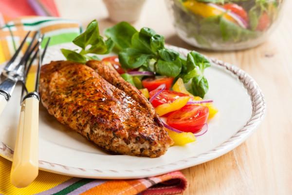 Рецепт                  Запеченное куриное филе с овощным салатом