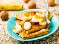 Блины с бананами, медом и орехами