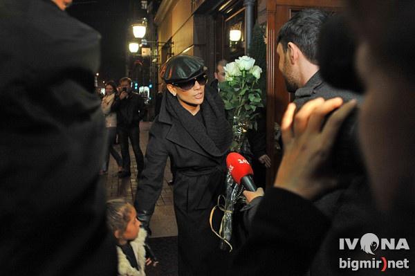Корреспонденты повстречали Дженнифер Лопес в Киеве около гостиницы Премьер Ковер