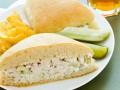 Сэндвич с салатом из курицы и авокадо