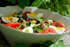 Салат Нисуаз из тунца с овощами и яйцами