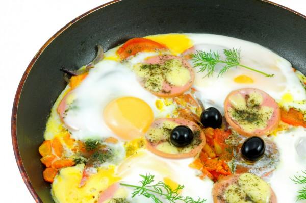 Рецепт                  Яичница с колбасой и помидорами