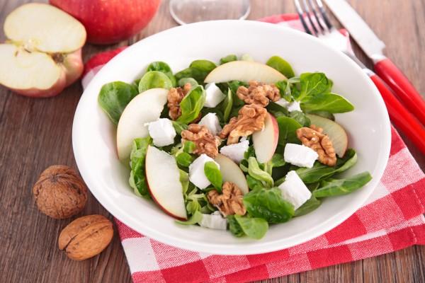 Рецепт                  Яблочный салат с орехами и фетой