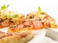 Пицца из картофельного теста с беконом и грибами