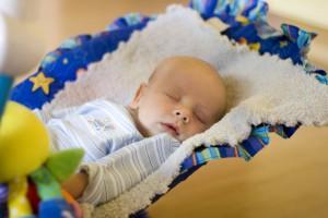 Прежде, чем уложить малыша спать, возьми за правило проветривать его комнату