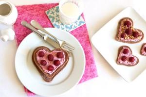 Подавай шоколадные оладьи со взбитыми сливками и ягодами