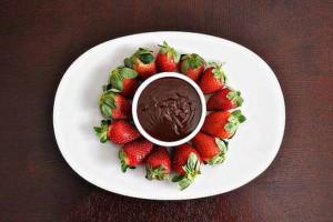 Шоколадное фондю подавай с ягодами, фруктами и кусочками бисквита